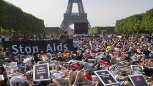 Des militants d'Act-Up Paris allongés sur le Champs-de-Mars, lors d'une manifestation, le 1er juin 2003, à Paris.