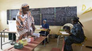 Une électrice sénégalaise s'apprêtant à voter, à Thiès, le 24 février 2019.