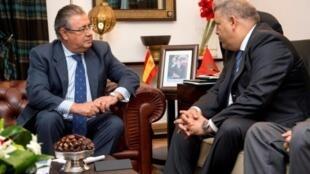 وزير الداخلية المغربي عبد الوافي لفتيت (يمين) مجتمعا مع نظيره الإسباني خوان إيناسيو زويدو الفاريز في الرباط في 29 آب/اغسطس 2017