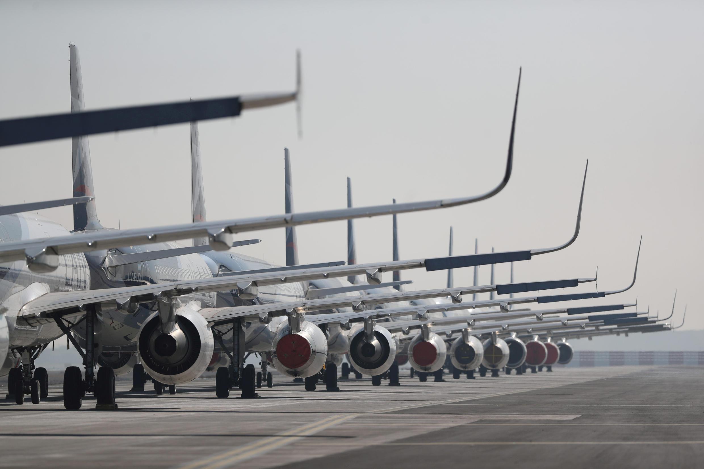 Los aviones de pasajeros estacionados en una pista se ven durante una cuarentena general en medio de la propagación de la enfermedad por coronavirus (COVID-19), en el Aeropuerto Internacional Arturo Merino Benítez, en Santiago, Chile, 26 de mayo de 2020.