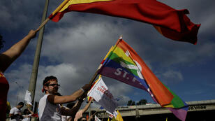 Los partidarios de Carlos Alvarado Quesada, candidato presidencial del gobernante Partido de Acción Ciudadana (PAC), portan banderas a favor del matrimonio igualitario antes de la segunda vuelta de las elecciones presidenciales en San José, Costa Rica , el 31 de marzo de 2018.