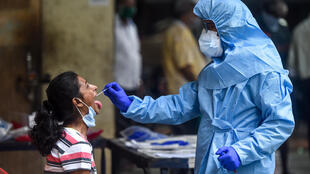 Una mujer se somete a una prueba de COVID-19 el 16 de julio de 2020 en Bombay