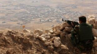 مقاتل كردي من قوات البشمركة في أحد المواقع شرق الموصل في 6 آب/أغسطس