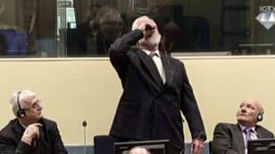 Slobodan Praljak ingérant ce qui semble être du poison le 29 novembre 2017, devant le Tribunal pénal international pour l'ex-Yougoslavie (TPIY).