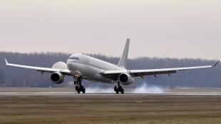 Un Airbus 330 húngaro transporta la vacuna china contra el covid-19 Sinopharm en el aeropuerto de Budapest, el 16 de febrero de 2021
