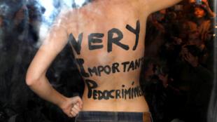 Una manifestante del grupo Femen revela mensajes escritos en su cuerpo a la llegada del director Roman Polanski en un evento organizado por la Cinemateca Francesa en París, Francia, el 30 de octubre de 2017.