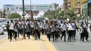طلاب سودانيون يتظاهرون في الخرطوم في 30 يوليو/تموز 2019 للتنديد بمقتل أربعة من زملائهم بالرصاص في مدينة الأبيض كبرى مدن ولاية شمال كردفان.