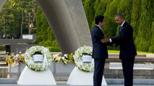 Le président américain Barack Obama serre la main du Premier ministre japonais Shinzo Abe, vendredi 27 mai 2016, à Hiroshima.
