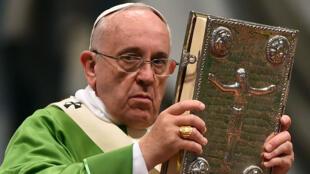 Le pape François ouvre le synode sur le mariage et la famille à la basilique Saint-Pierre, le 5 octobre 2014 au Vatican.
