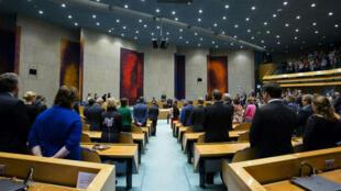 Les députés néerlandais observent une minute de silence le 24 mai en hommage aux victimes des attentats de Bruxelles.