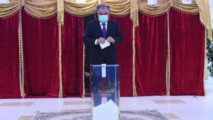 صورة وزعتها الخدمة الإعلامية التابعة للرئاسة في طاجيكستان تظهر الرئيس إمام علي رحمن لدى إدلائه بصوته في الانتخابات الرئاسية في دوشانبي بتاريخ 11 تشرين الاول/أكتوبر 2020