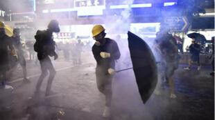 Des manifestants encerclés par les gaz lacrymogènes durant de nouvelles protestations à Hong Kong, dimanche 28 juillet.