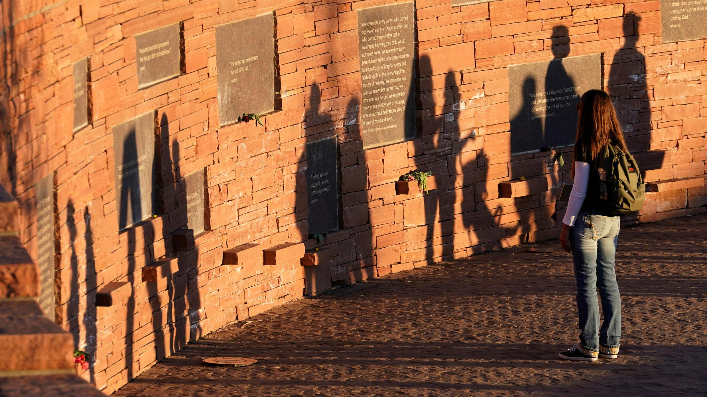 Un visitante en el memorial de Columbine, un día antes del vigésimo aniversario del tiroteo en la escuela, en Littleton, Colorado, EE. UU., El 19 de abril de 2019.