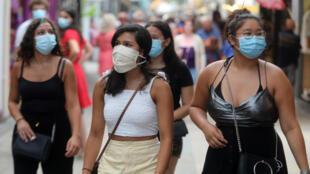 Varias personas con mascarillas caminan por una calle en Argeles sur Mer, en el sur de Francia, el 22 de julio de 2020