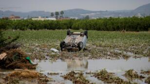 Un auto yace en un campo de Orihuela en medio de las inundaciones que azotan al sureste de España desde hace días. 14 de septiembre de 2019.