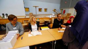 Los funcionarios electorales son fotografiados en la mesa de votación durante la elección general, en el vecindario de Rinkeby en Estocolmo, Suecia, el 9 de septiembre de 2018.