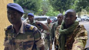 Des membres de l'armée se rendent au ministère de la Défense, après le coup d'État, le 19 août 2020 à Bamako.