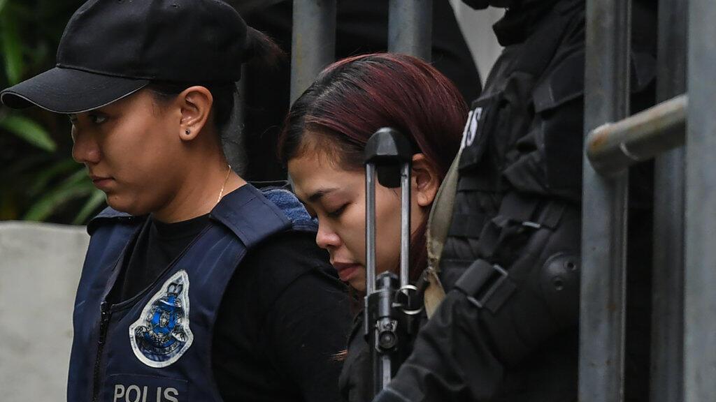 Siti Aisyah, au centre, une des deux femmes accusées de l'assassinat de Kim Jong-nam, escortée par la police le 1er mars 2017.