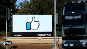 El 10 de octubre de 2018 se pudo ver a un autobús de empleados, junto al letrero de entrada a la sede de Facebook en Menlo Park, California, EE. UU.