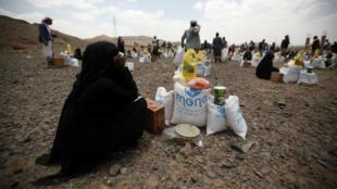 De cara al Ramadán, un grupo de personas busca ayuda en las afueras de Saná, Yemen, donde la ONG Mona Relief entregó viveres para prepararse para el mes de ayuno el domingo 5 de mayo de 2019.