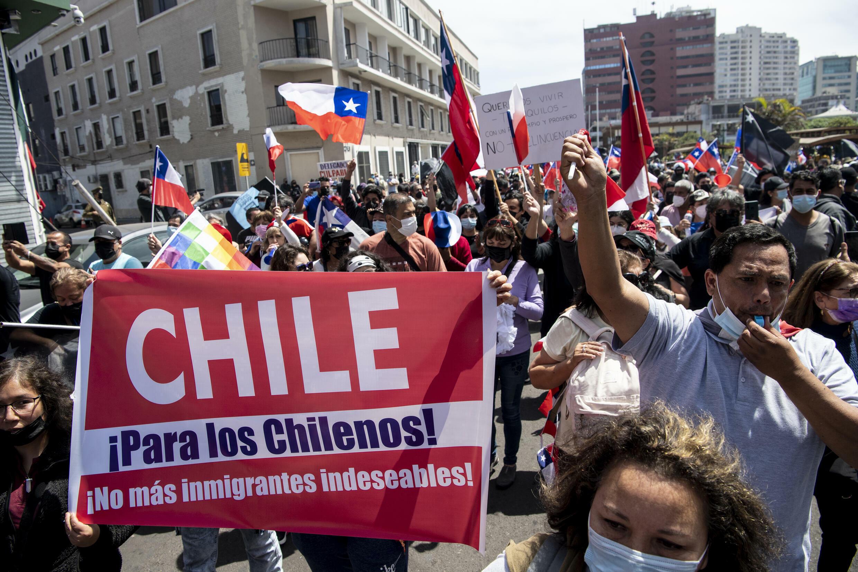 """Fuera ilegales!"""": Gran marcha en puerto del norte de Chile contra la  migración - France 24"""