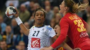 La Française Estelle Nze Minko lors du quart de finale contre le Monténégro, le 12 décembre 2017 à Leipzig.