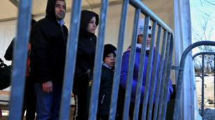 Des migrants attendent de pouvoir passer la frontière entre la Grèce et la Macédoine.