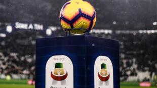 Foto de archivo tomada el 2 de febrero de 2019, muestra el balón y el logotipo oficial de la Serie A italiana antes del partido entre Juventus y Parma en el estadio Juventus de Turín.
