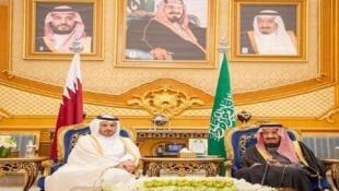 العاهل السعودي سلمان بن عبد العزيز ورئيس الوزراء القطري عبد الله بن ناصر آل ثاني في الرياض، 10 ديسمبر/كانون الأول 2019.