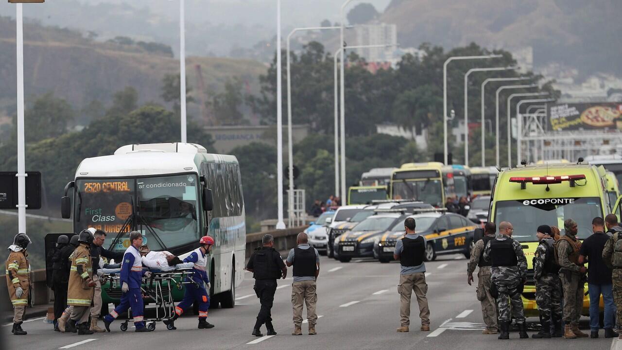 Una rehén es atendida por personal sanitario tras ser liberada por el secuestrador que la retenía en un autobús este martes en el puente Rio-Niterói.