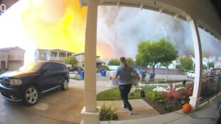 Las personas evacuan una casa en Santa Clarita, California , EE. UU., el 24 de octubre de 2019.