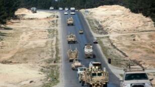 آليات تابعة لقوات التحالف الدولي الذي تقوده الولايات المتحدة، في مدينة منبج شمال سوريا في 3 نيسان/أبريل