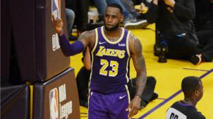 Le n°23 des Lakers, LeBron James, après avoir dépassé le nombre de points inscrits en NBA par Michael Jordan, le 6 mars 2019.