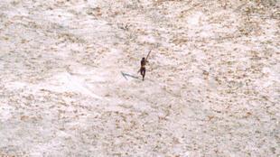 Un Sentinelle braque son arc en direction d'un hélicoptère indien qui survolait la zone en 2004, juste après le tsunami.