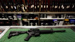 Un fusil de asalto Bushmaster AR 15 se muestra en Firing-Line el 22 de julio de 2012 en Aurora, Colorado.