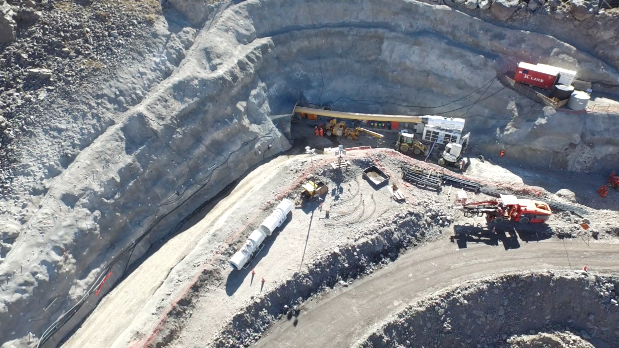 Los túneles del proyecto atraviesan la montaña de la zona cordillerana de Santiago.