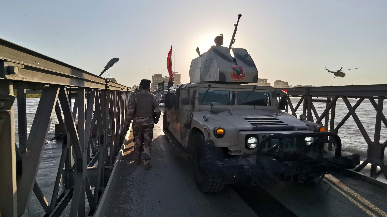 Los soldados del ejército iraquí buscan sobrevivientes en el lugar donde un ferry se hundió dejando decenas de personas muertas en Mosul, Irak, el 21 de marzo de 2019.