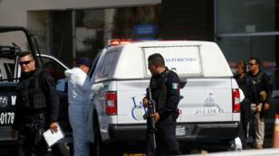 Elementos del ejército mexicano y de la fiscalía del estado resguardan las inmediaciones, en donde sujetos se enfrentaron a balazos, en Zapopan, Guadalajara, México, el 31 de julio de 2019.