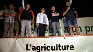Environ 400 personnes se sont rassemblées à Laval, en Mayenne, devant le siège de l'entreprise Lactalis.