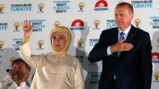 الرئيس التركي رجب طيب أردوغان وزوجته، بعد إعادة انتخابه في