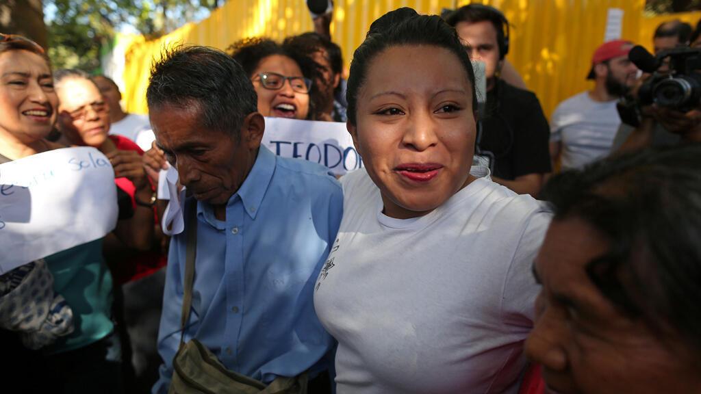 Teodora del Carmen Vásquez, quien fue sentenciada a 30 años de cárcel bajo cargos de aborto, es liberada de la cárcel después de que la Corte Suprema de El Salvador conmutó su sentencia en IIopango, El Salvador el 15 de febrero de 2018.