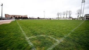 La pelouse d'un stade de Saint-Denis, près de Paris, vide en raison de la pandémie de Covid-19, le 14 mars 2020.