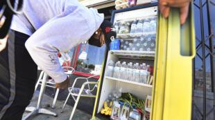 Un refrigerador con bebidas y alimentos a libre disposición de las personas necesitadas en la puerta de una cafetería de Los Ángeles el 16 de julio de 2020