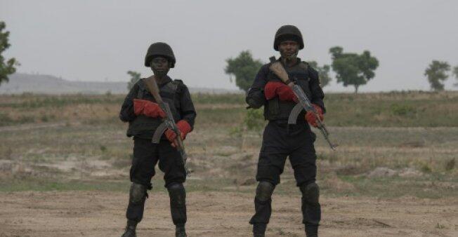 عنصران من وحدة القوات النيجيرية الخاصة في عرض عسكري في غواغوالادا في 17 نيسان/ابريل 2018