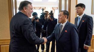 El secretario de Estado de Estados Unidos, Mike Pompeo, y el general norcoreano Kim Yong Chol, previo a su renunión en Pyongyang. 7 de julio de 2018.