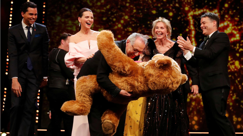 El director del festival, Dieter Kosslick, recibe un oso de la presidenta del Jurado Internacional, Juliette Binoche, durante la ceremonia de entrega de premios en el 69 Festival Internacional de Cine de la Berlinale en Berlín, Alemania, el 16 de febrero de 2019.