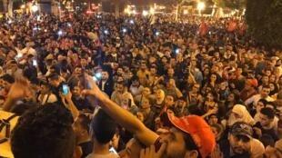 أنصار قيس سعيّد يحتفلون بفوزه في الانتخابات الرئاسية. المسرح البلدي بتونس العاصمة 13 أكتوبر/تشرين الأول 2019.
