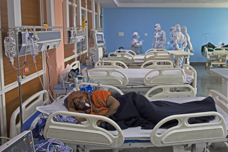 إحدى المصابين بفيروس كورونا بمستشفى شاردة في نويدا الكبيرة، ولاية أوتار براديش (شمال الهند)، في 15 يوليو/تموز 2020.