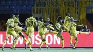 اللاعبون الماليون احتفلوا على طريقتهم بالفوز الكبير على موريتانيا في السويس. 24 يونيو 2019.