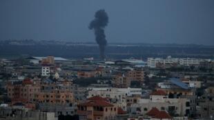 الدخان يتصاعد من موقع في قطاع غزة عقب غارات إسرائيلية 25 مارس/آذار 2019.